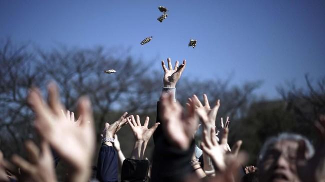 Mamemaki diadakan satu hari sebelum hari pertama musim semi, atau Setsubun. Lambat laun, ritual ini dipraktikkan sebagai perayaan menyambut Setsubun. (AP Photo/Eugene Hoshiko)