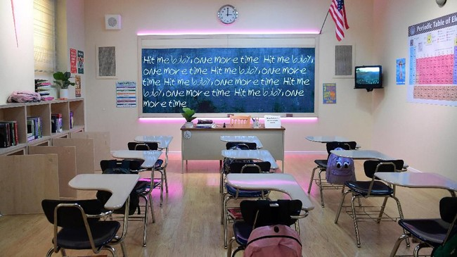 Dari 'ruang kelas' ini, nama Britney Spears melejit. Ruang kelas tersebut menjadi adegan pembuka video Give Me Baby One More Time. (Photo by Frederic J. BROWN / AFP)