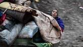 Badan bantuan Perserikatan Bangsa-Bangsa untuk Suriah (OCHA) menyatakan dari data mereka pada 1 Desember 2019 tercatat ada sekitar 350 ribu warga Suriah yang mengungsi akibat peperangan. (Photo by Rami al SAYED / AFP)