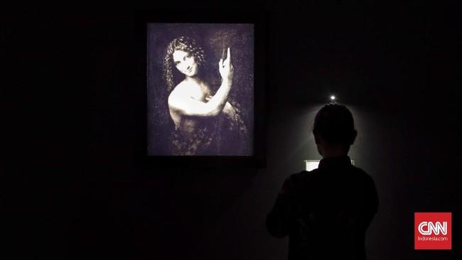 Pengunjungmengamati hasil reproduksi lukisan karya Leonardo da Vinci berjudul Saint John the Baptist dalam pameran bertajuk Leonardo Opera Omnia di Museum Mandiri, Jakarta, Rabu (5/2). (CNN Indonesia/Adhi Wicaksono)