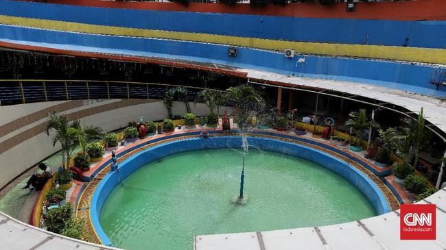Panjang terowongan sekitar 24 meter, lebar dalam 8,10 meter, dan lebar luar 10,10 meter. Antara Stasiun Kota dan Museum Bank Mandiri terdapat taman. (CNN Indonesia/Safir Makki)