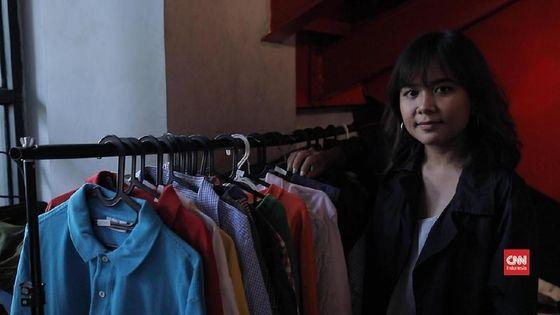 Giat Fania di Antara Tumpukan Baju-baju Bekas