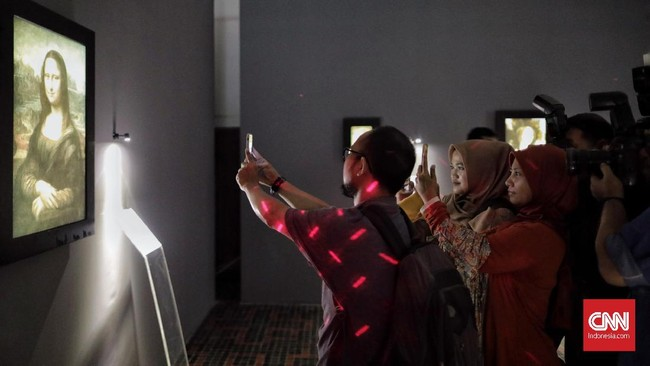 Pameran ini menampilkan 17 reproduksi lukisan karya Leonardo da Vinci lewat pencitraan digital, termasuk lukisan Mona Lisa ini. (CNN Indonesia/Adhi Wicaksono)