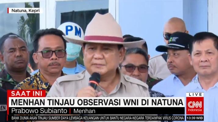 Prabowo Subianto bersama Terawan Agus Putranto mengunjungi kawasan observasi bagi WNI yang baru saja dipulangkan dari China di Natuna.