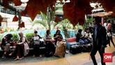 Ruang yang tersedia dan dapat digunakan para penyeberang jalan adalah musala dan toilet. Selain itu, kursi yang melingkar di sekitar air mancur dimanfaatkan para penyeberang jalan sebagai ruang tunggu dan pertemuan. (CNN Indonesia/Safir Makki)