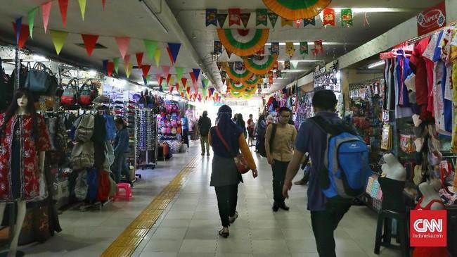 Kios-kios kecil tempat pedagang brerjualan pakaian, makanan minuman untuk memanjakan pejalan kaki. (CNN Indonesia/Safir Makki)