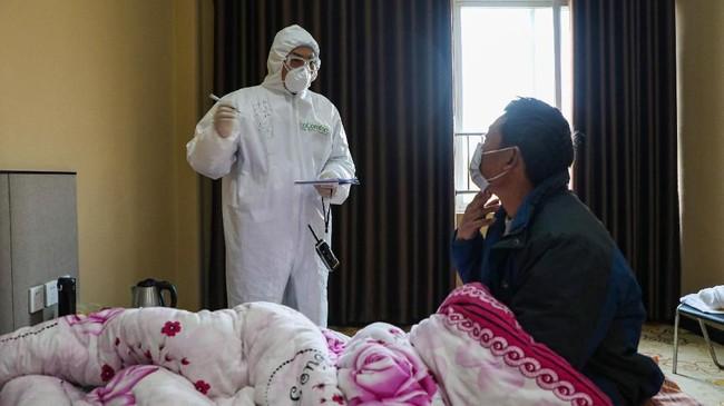 Sekitar 1.400 petugas medis dari kalangan militer diterjunkan untuk memberikan perawatan. (Photo by STR / AFP) / China OUT