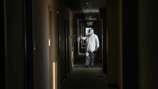 Pemerintah China juga menyatakan mereka sangat membutuhkan peralatan medis dan masker untuk menghadapi penyebaran wabah virus corona. (Photo by STR / AFP) / China OUT
