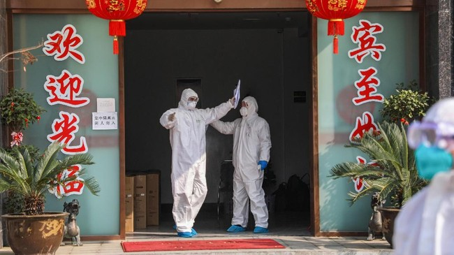 Dua rumah sakit darurat yang dibangun untuk merawat pasien terinfeksi virus corona mulai beroperasi pada Selasa (4/2) setelah melalui proses pembangunan selama 10 hari. (Photo by STR / AFP) / China OUT
