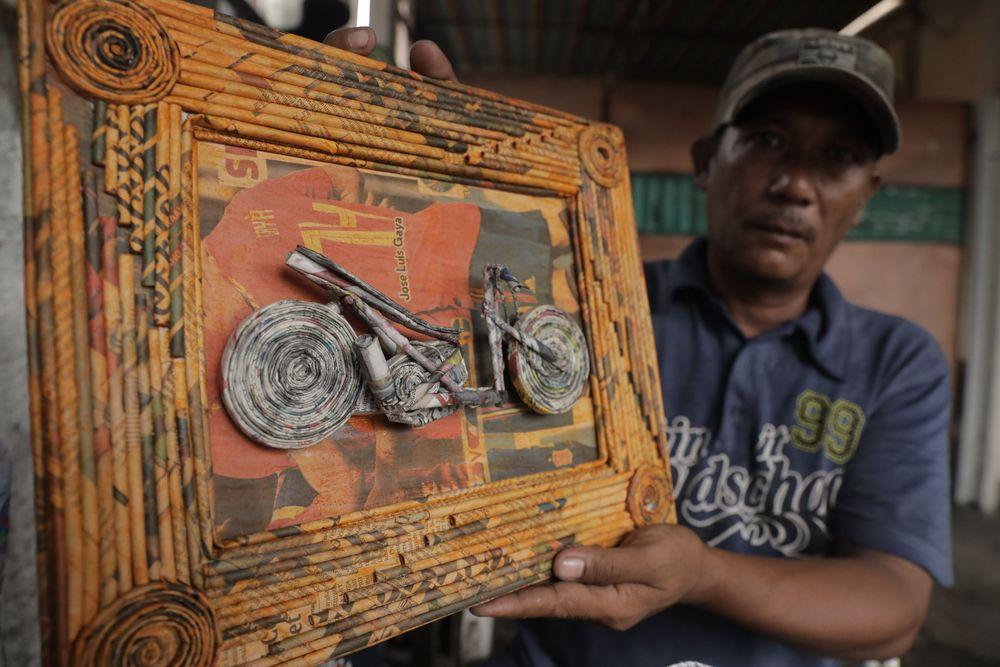 Berbagai jenis dan bentuk karya yang dihasilkan di antaranya miniatur motor, fas bunga, lampu patromak dan banyak lagi. Untuk harga produk kerajinan dari limbah kertas itu berkisar antara Rp 30.000 hingga Rp 50.000, tergantung dari tingkat kesulitannya. (CNBC Indonesia/Tri Susilo)