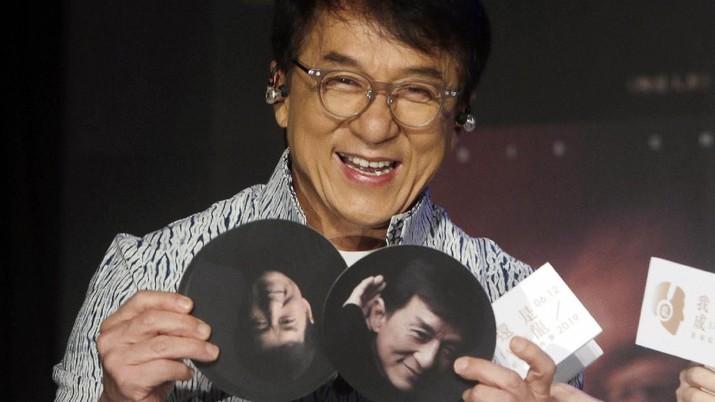 Jackie Chan menjanjikan hadiah Rp 1.9 miliar buat siapapun yang bisa temukan penangkal virus corona