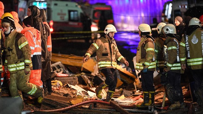 Dilaporkan 157 orang luka-luka, 12 di antaranya anak-anak. Tiga orang dilaporkan tewas dalam insiden tersebut. (Photo by Ozan KOSE / AFP)
