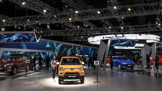 Maruti Suzuki ambil bagian di pameran otomotif Auto Expo 2020 di Greater Noida, New Delhi, India. Panitia penyelenggara menyebutkan bila sejumlah merek China yang beroperasi di India pada pameran itu hanya diwakili pekerja India. (Photo by Money SHARMA / AFP)