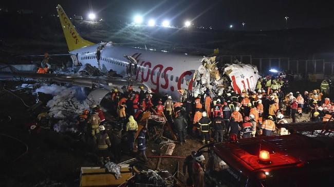 Pesawat Boeing 737 milik maskapai berbiaya murah Turki, Pegasus Airline tergelincir di landasan pacu pada Rabu (5/2). (Ismail Coskun/IHA via AP)