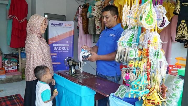 Layanan branchless banking milik Bank BRI, Agen BRILink, memiliki peran langsung dalam pengentasan kemiskinan di Indonesia.