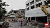 Gedung Graha Bhakti Budaya yang berada di kawasan Taman Ismail Marzuki (TIM) dibongkar menggunakan alat berat sebagai bagian dari proses revitalisasi kawasan kesenian tersebut, Jakarta, 6 Februari 2020. (CNN Indonesia/Adhi Wicaksono)