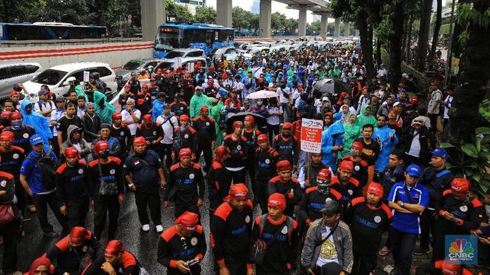 Omnibus law cipta lapangan kerja akan dilawan buruh.