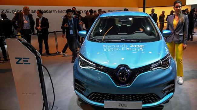 Renault Zoe salah satu mobil bertenaga listrik yang ditampilkan di Auto Expo 2020. (Photo by Money SHARMA / AFP)