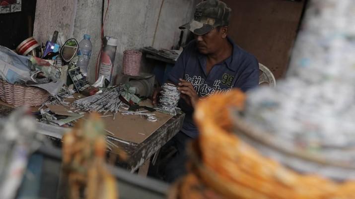 Di tangannya limbah kertas bisa disulap menjadi kerajinan unik dan bernilai ekonomis tinggi.