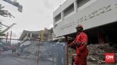 Pekerja beraktivitas di lokasi proyek revitalisasi kawasan Taman Ismail Marzuki (TIM) di Jakarta, Kamis, 6 Februari 2020. (CNN Indonesia/Adhi Wicaksono)