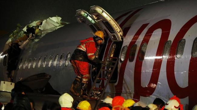 Regu penyelamat diturunkan untuk mengevakuasi penumpang yang sempat terjebak di dalam pesawat. (AP Photo/Emrah Gurel)