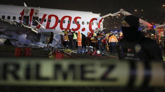 Cuaca buruk disebut menjadi penyebab pesawat tergelincir hingga terbakar dan terbelah menjadi tiga bagian. (AP Photo/Emrah Gurel)