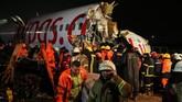 Sejumlah penumpang sempat berupaya menyelamatkan diri, sementara tak sedikit yang terjebak di dalam pesawat. (AP Photo/Emrah Gurel)