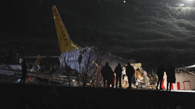 Akibat kecelakaan ini, bandara Sabihan Gokcen sempat ditutup dan jadwal penerbangan dialihkan ke bandara utama di Istanbul. (AP Photo)