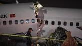 Media sempat menampilkan potongan video yang menunjukkan pesawat mengeluarkan api dan terbelah menjadi tiga bagian. (Photo by Ozan KOSE / AFP)