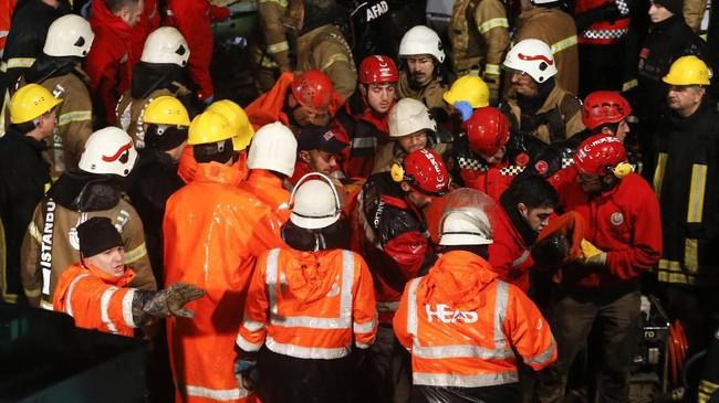 Gubernur Istanbul, Ali Yerlikaya mengatakan pesawat tergelincir sekitar 60 meter dari landasan pacu tak lama setelah mendarat. (AP Photo/Emrah Gurel)