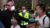 Wakil Gubernur Bali Tjokorda Oka Artha Ardana Sukawati berbincang dengan penumpang pesawat maskapai China Southern Airlines tujuan Guangzhou, China, di Bandara Internasional I Gusti Ngurah Rai, Bali, Selasa (4/2). (ANTARA FOTO/Fikri Yusuf).