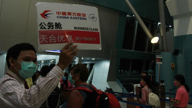 Petugas bandara memanggil para penumpang pesawat maskapai China Eastern menuju Shanghai untuk melakukan boarding di Terminal 3 Bandara Soekarno Hatta, Tangerang, Rabu (5/2). (ANTARA FOTO/Muhammad Iqbal)