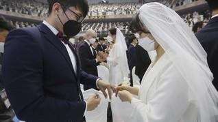 FOTO: Virus Corona dan Masker di Tengah Pernikahan Massal