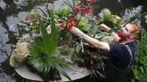 Lebih dari 5.000 anggrek yang berasal dari kepulauan Indonesia dipajang di Princess of Wales Conservatory, mulai dari rangkaian bunga hingga patung satwa liar khas Indonesia. (AP Photo/Frank Augstein)