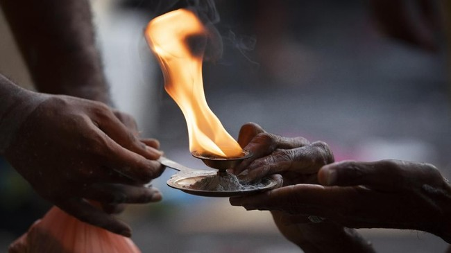 Festival Thaipusam,dengan HinduMurugan sebagai sosok sentral,merupakan prosesi tahunanbagi umat Hindu dalam mencari keberkahan, menunaikan janjiuntuk bertobat, sekaligusmenyampaikan ucapan terimakasih. (AP Photo/Vincent Thian)