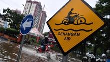 Ruas Jalan Tergenang dan Sisa Lumpur Akibat Banjir Jakarta
