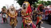 Sejumlah penari Butho Cikrak mengikuti kirab budaya Cap Go Meh di kota Magelang, Jawa Tengah, Sabtu (8/2). (ANTARA FOTO/Anis Efizudin).