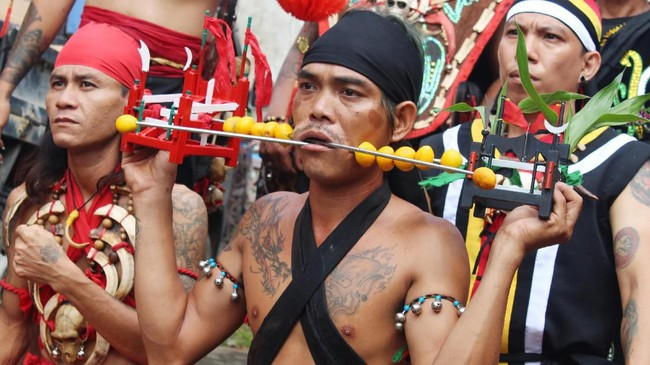 BeberapaTatung (dukun Tionghoa yang kerasukan arwah leluhur) beratraksi di acara perayaan Cap Go Meh di Sungai Raya, Kabupaten Kubu Raya, Kalimantan Barat, Sabtu (8/2/2020). (ANTARA FOTO/Jessica Helena Wuysang/wsj).