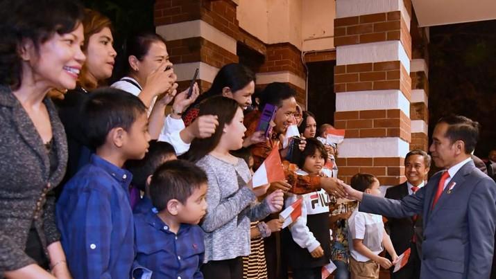Intip Aksi Selfie Jokowi Saat Mendarat di Canberra