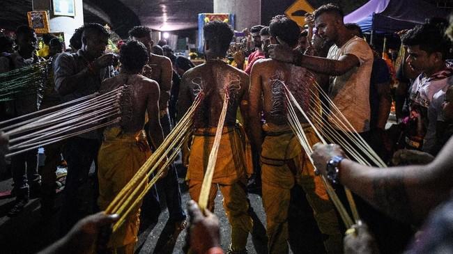 Sebelum merayakan festival ini, umat Hindu lebih dulu berpuasa selama sebulan untuk memurnikan jiwanya. Selama periode berpuasa ini, umat Hindu hanya makan sayuran sekali sehari dan rutin ke kuil. (Photo by Mohd RASFAN / AFP)