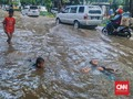 Bungur Raya Banjir 30 Cm, Jadi Arena Bermain Anak-anak