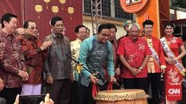 Kenakan Cheongsam, Anies Hadiri Perayaan Cap Go Meh di Glodok