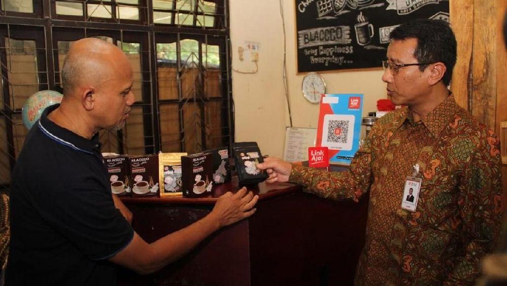 Direktur Bisnis Korporasi BNI Putrama Wahju Setyawan mendengarkan penjelasan dari Pemilik Abba Coklat Bobby Bahrul IMM di Banjarbaru, Kalimantan Selatan, Sabtu (8 Februari 2020). (Dok BNI)