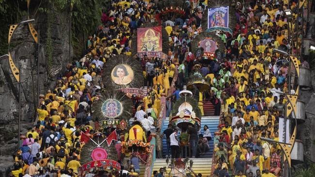 Ribuan umat Hindu merayakan festival Thaipusam di Gua Batu, Malaysia, sambil membawa Kavadi, bingkai dari kayu atau besi yang berbentuk melengkung berwarna cerahdan dihiasi bulu merak atau karangan bunga. (AP Photo/Vincent Thian)