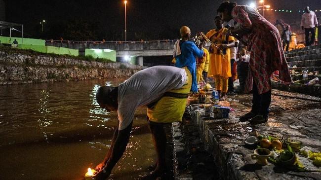 Setiap tahun, ribuan umat Hindu menaiki 272 anak tangga Gua Batu sebelum meletakkan kavadi mereka di depan kuil untuk memujaDewa Muruga. (Photo by Mohd RASFAN / AFP)
