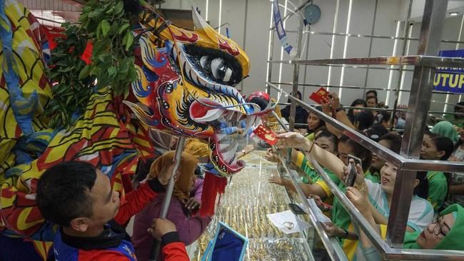 Peringatan Cap Go Meh yang diisi dengan berkeliling mengambil angpau dari rumah warga dan pertokoan tersebut menutup 15 hari rangkaian perayaan Tahun Baru Imlek warga keturunan Tionghoa di Kota Solo. (ANTARA FOTO/Mohammad Ayudha/wsj).