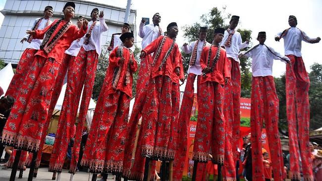 Wargaberatraksi dengan menari di atasegrang saat Festival Cap Go Meh 2571 di kawasan Glodok, Jakarta Barat, Sabtu (8/2). (ANTARA FOTO/Sigid Kurniawan/ama).
