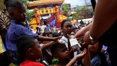 Sejumlah anak antre mendapatkan angpau yang dibagikan saat perayaan Cap Go Meh 2571 di Vihara Dharma Sakti, Glodok, Jakarta Barat, Sabtu (8/2). (ANTARA FOTO/Sigid Kurniawan/ama).