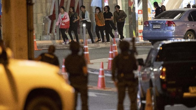 Polisi menyebut penembakan di kota Nakhon Ratchasima bermula dari insiden di sebuah barak militer pada Sabtu malam. (AP Photo/Sakchai Lalitkanjanakul)