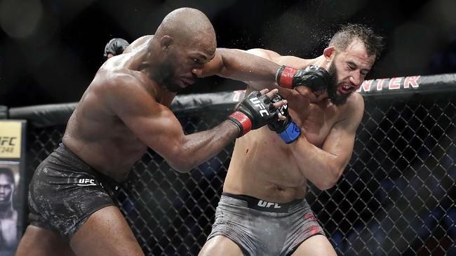 Di dua ronde terakhir, Jon Jones coba lebih menekan Dominick Reyes. (AP Photo/Michael Wyke)